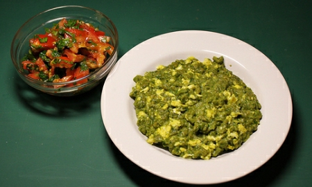 noky z medvediho cesneku s rajcatovy  salatem