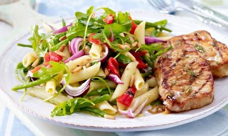 salat z penne s veprovymi steaky