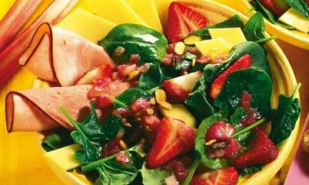 salat ze spenatu a jahod