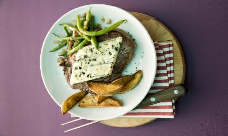 steak s gorgonzolou a zelenymi fazolkami